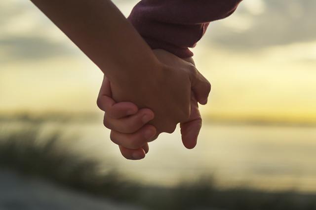 Casal com mãos dadas