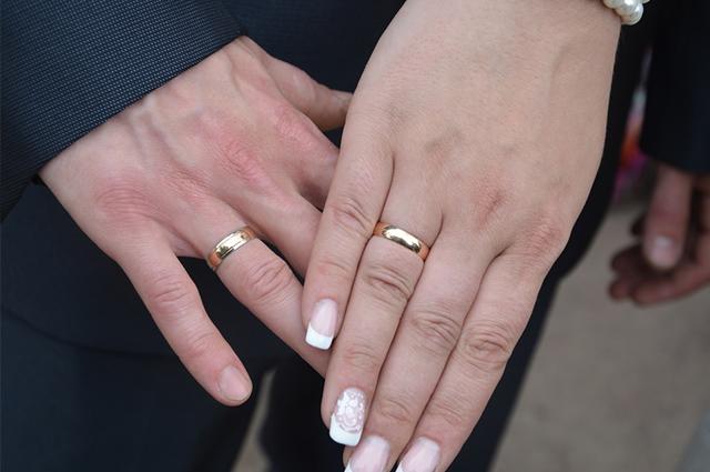 Casal com alianças