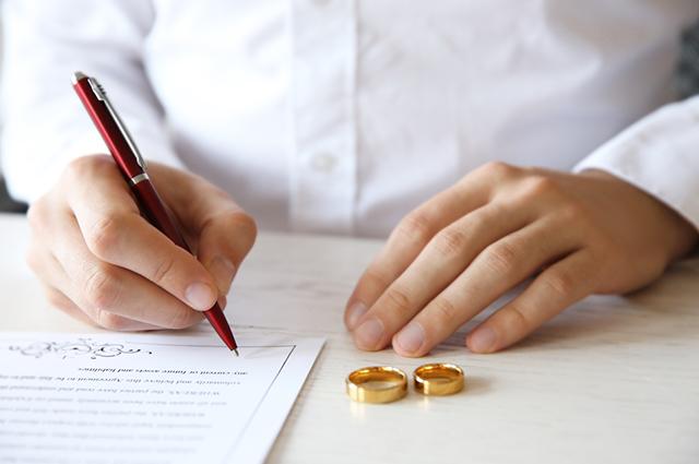 Homem assinando casamento civil