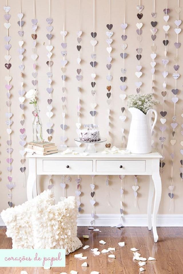 Móvel vintage e cortina de coração