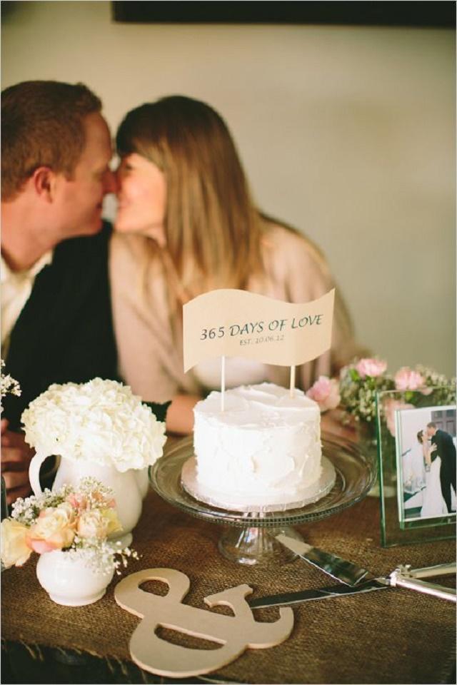 Placa em cima do bolo