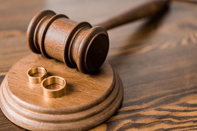 Alianças e martelo de juiz