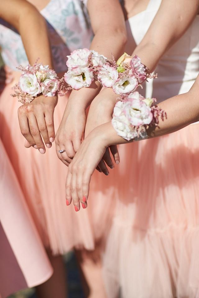 Corsage de flores rosas