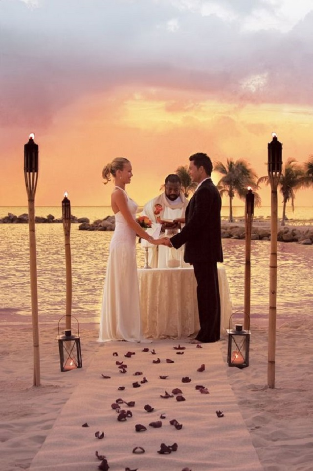 Casal se casando na praia
