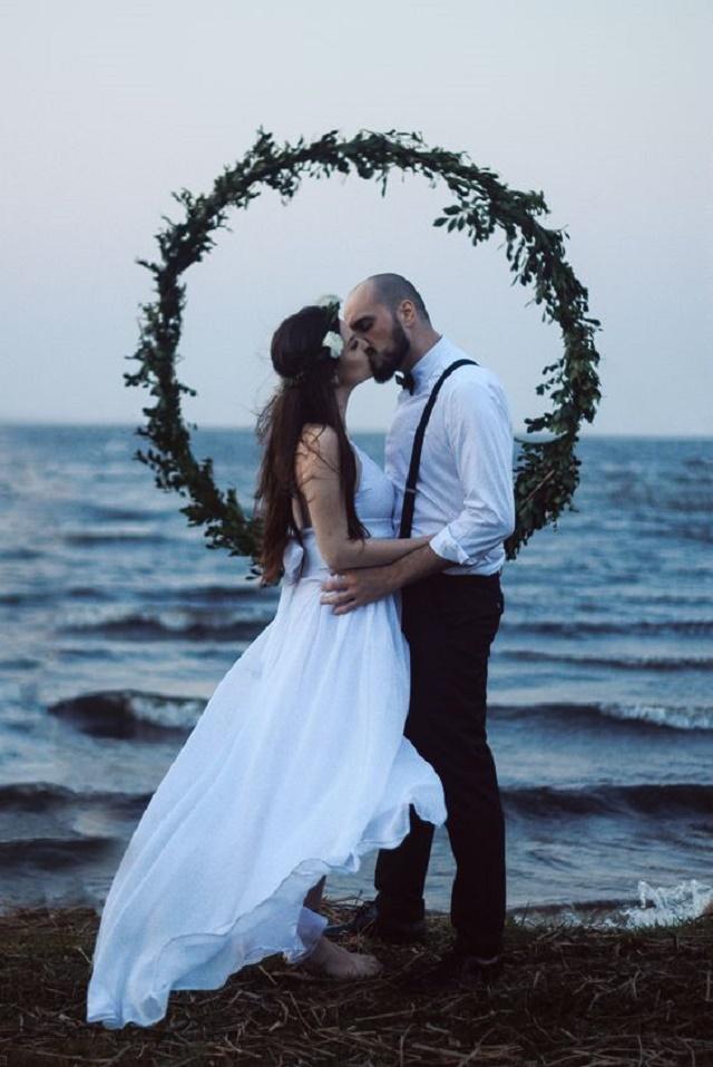 Casal se beijando no mar