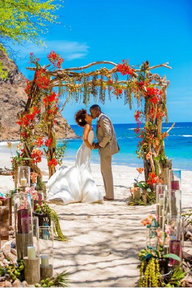 Altar com flores vermelhas no mar