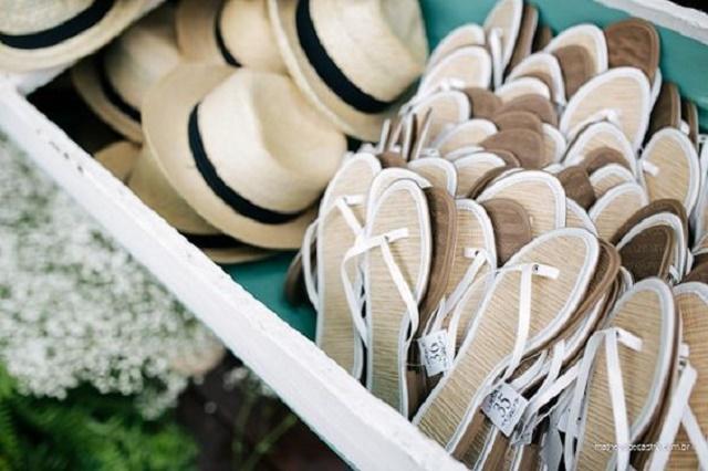 Chapéus e sandálias