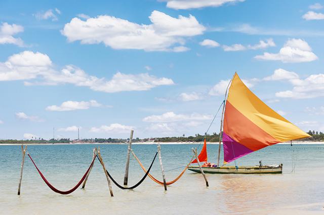 Vista do mar com redes e um barco