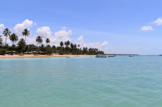 Vista da Praia da Maragogi com barcos no mar
