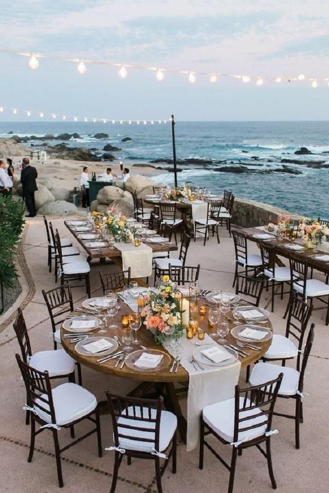 Mesas em frente ao mar