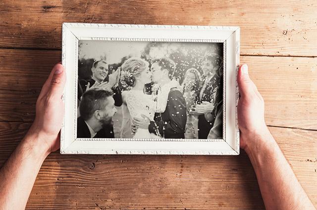 Porta-retrato de casal se beijando