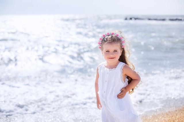 Menina com vestido branco