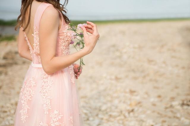 Mulher de vestido rosa