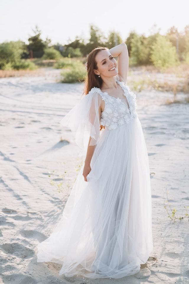 Noiva sorrindo na praia