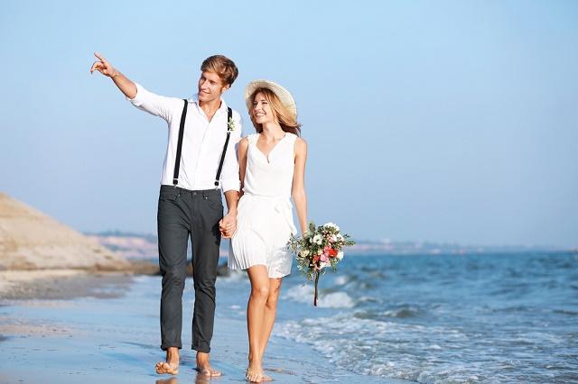 Casal andando na praia