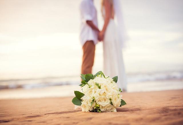 Buquê e casal na praia