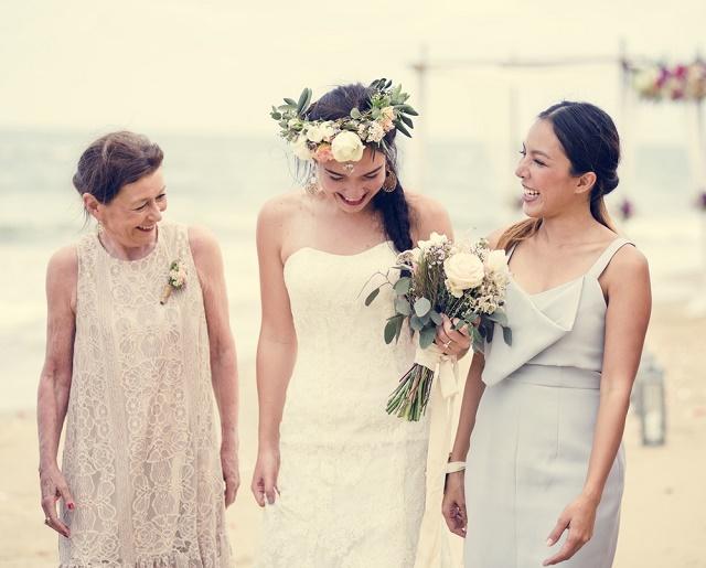Noiva e convidadas sorrindo