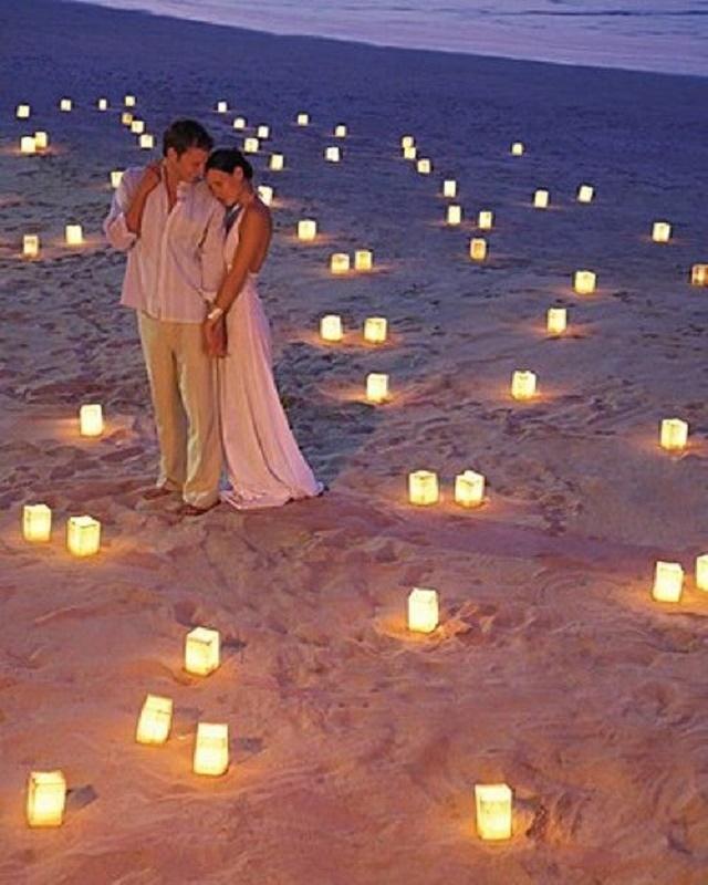 Casal em meio as velas