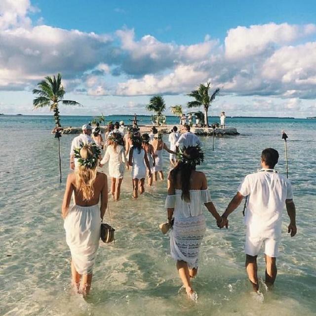Pessoas caminhando pelo mar