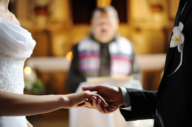 Casal casando na igreja