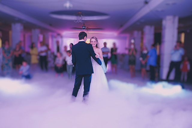 Casal de noivos dançando