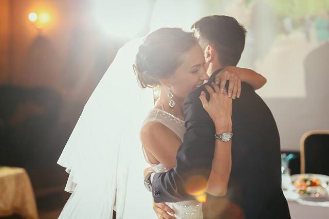 Casal abraçado e feliz
