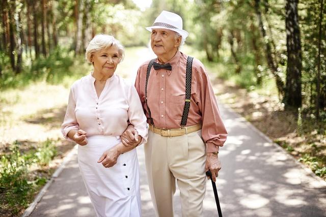 Casal de idosos caminhando