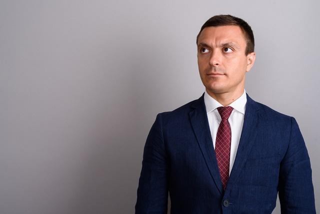 Terno azul com gravata